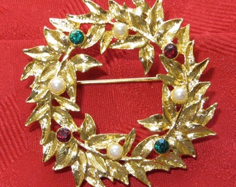 Beautiful 1960's Rhinestone & Faux Pearl Christmas Wreath Brooch Pin Gold Tone - Free Shipping