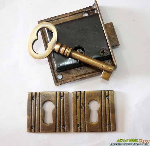 Set brass key lock and skeleton key with western classic for Lock and key decor