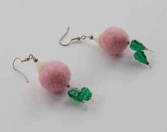 Felt earrings with leaf glass beads.