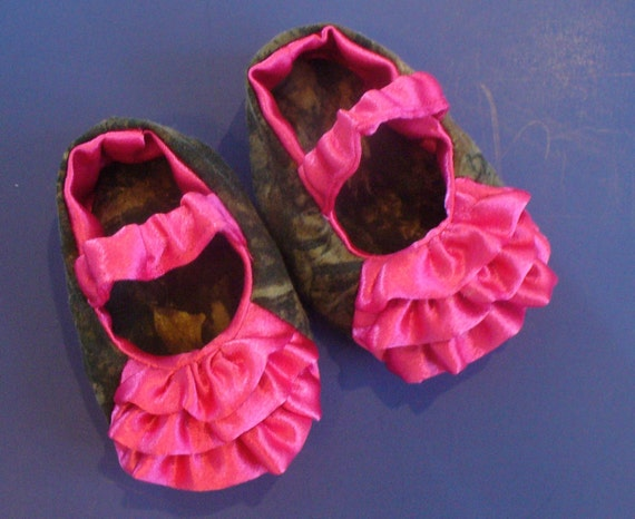 camo and pink baby shoes by popnnanasbaby on etsy