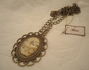 Musical necklace with a medallion of 30 X 40 mm.