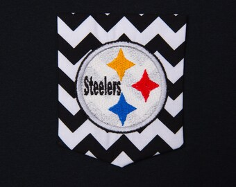T-shirt with chevron pocket and Pittsburgh Steelers embroidery.