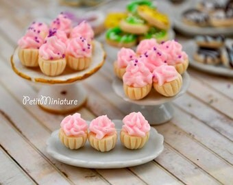 8 MINI CUPCAKE 0,8mm polymer clay with fake whipped cream and pink pralines 1:2 scale dollhouse miniatures handmade