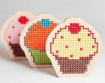 DIY kit - cross stitch blank in cup cake shape / small DIY brooch or magnet / base for jewelry making