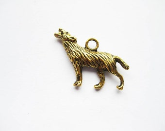 8 Wolf Charms in Gold Tone - C233