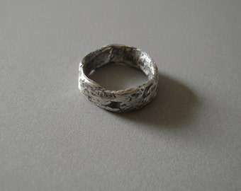 Wide Missing Stone Ring Band
