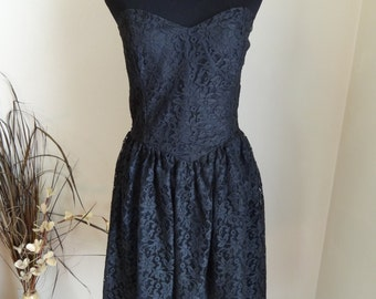 Vintage Black Lace 1980s modern size 4-6 Medium formal party dress. Strapless, with basque waist. Zipper back. costume