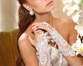 Bridal lace gloves. White/ Ivory embroidered lace gloves. Bridal fingerless floral lace gloves.