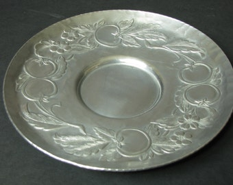 Everlast vintage round hammered aluminum plate with tomato & floral motif