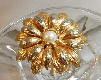 Vintage Flower Brooch. Faux Pearl Center. Spring Flower Blossom Pin.