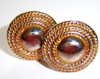 vintage small round gold tone clip on earrings 714Ez