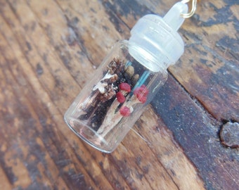 Style A Beautiful Clear Plant Pet Terrarium Bottle Pendant with Natural New England Lichen