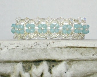 Bracelet Seafoam Mint Green Swarovski Crystal with White Pearls, Beautiful and Elegant