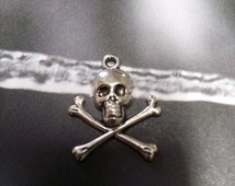 Skull and Crossbones Charms Pendants Pirate Charms Antiqued Silver Halloween Poison Death Gothic 10 pieces