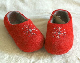 Red wool felt slippers with grey snowflake decors, handmade wool slippers