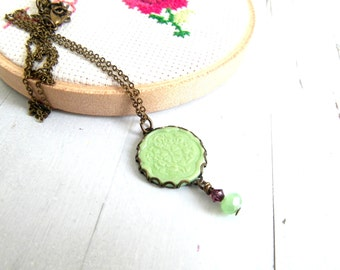 Green round pendant necklace , small statement necklace , vintage style necklace