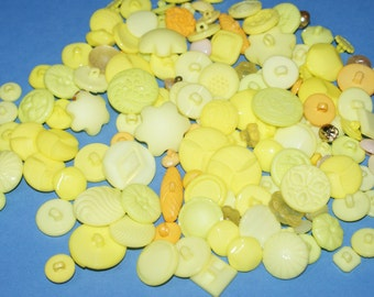 """Bulk Lot  140 Assorted Yellow Shank Plastic Buttons 3/8"""" to 1 1/8""""  Lot 751"""