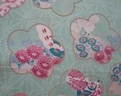 Tissu japonais motifs grandes fleurs sakura sur fond géométrique vert d'eau -  50 cm
