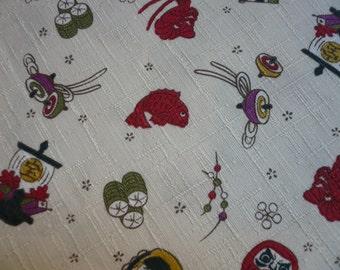 Tissu japonais avec motifs petits personnages daruma, poissons , fond écru, trame irrégulière - 50 cm