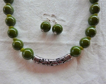 18 Inch Forest Green Porcelain and Moss Agate Necklace with Earrings