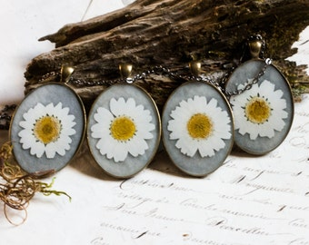 Bridesmaid set pressed flower necklace white daisy dried flower pendant in resin. white cream mothers day spring