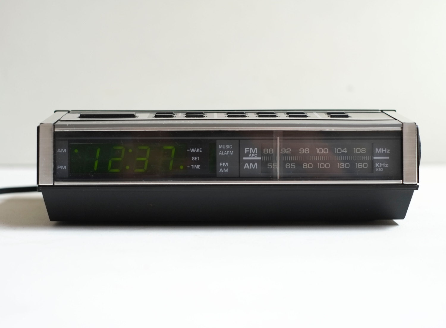 ge woodgrain 1980s classic digital am fm alarm clock radio. Black Bedroom Furniture Sets. Home Design Ideas