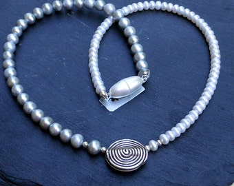 Pearl two-tone, string of pearls, freshwater pearls, white, light grey, spiral, magnetic closure