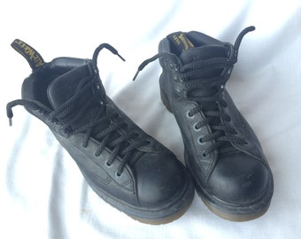 Sz 8: Dr. Martens England Boots in Black Leather