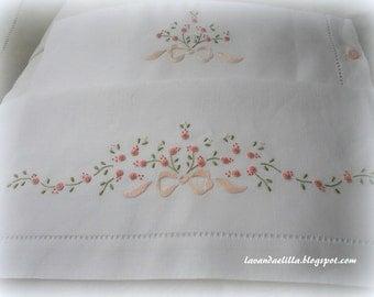 disegni e schemi per lenzuolino, sacca e bavaglino da cucire e ricamare