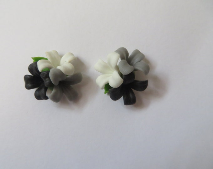 Cute Black & White Bunch of Daisy Flowers Earrings - Rockabilly Studs Pin Up 50s Party Bride Prom Geek Chic Present Birthday Wedding