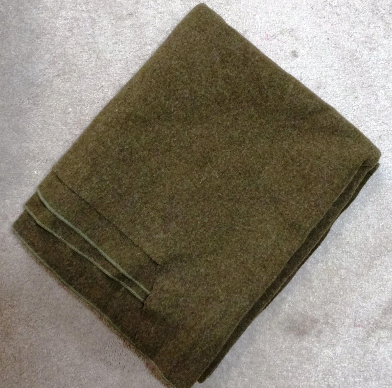 couverture de l 39 arm e de 1942 de laine vintage vert olive. Black Bedroom Furniture Sets. Home Design Ideas