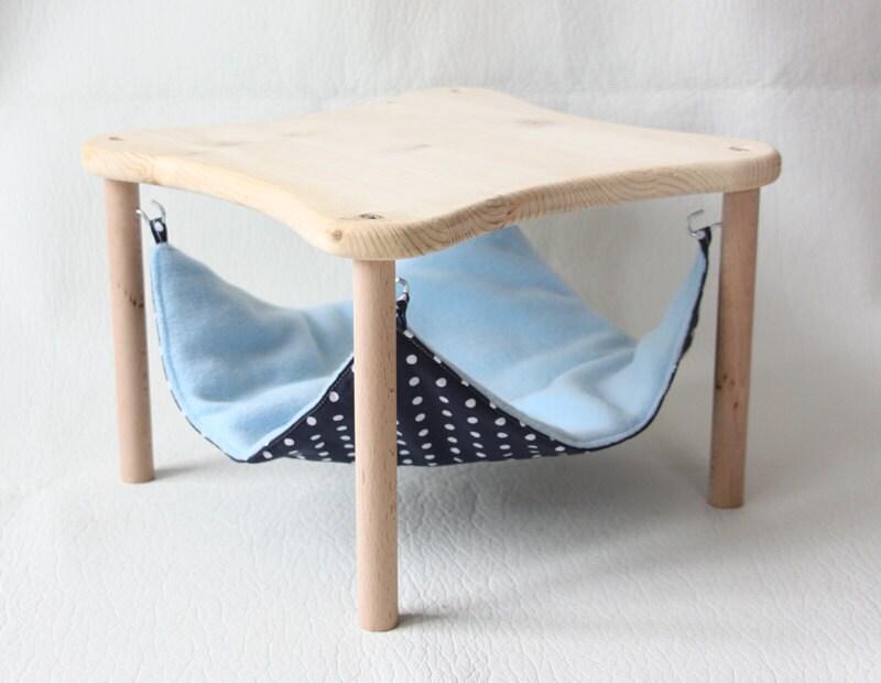 support de hamac avec un hamac bleu fonc pois blancs. Black Bedroom Furniture Sets. Home Design Ideas