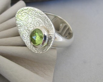 Petal design Ring with embossed swirl pattern and 5mm rosecut gemstone peridot