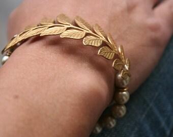 """Elegant Gold Laurel Leaf & Cashmere Pearl Bracelet - 7"""""""