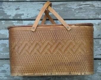 Vintage Hawkeye Picnic Basket Burlington Iowa with Pie Shelf  / Le Pique Nique / Dining Al Freso / Sewing Basket / Crafts Basket /F476