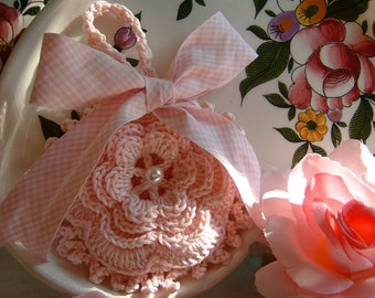 Crochet wedding favor bag with a romantic rose of Ireland. Small bag crochet, gift for weddings, christenings & events
