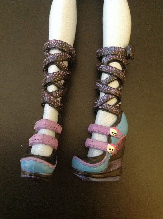 Monster High doll custom repainted Draculaura shoes