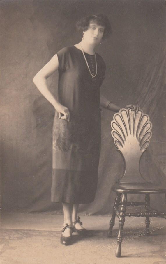 classique des ann es 1920 femme posant dans des v tements. Black Bedroom Furniture Sets. Home Design Ideas