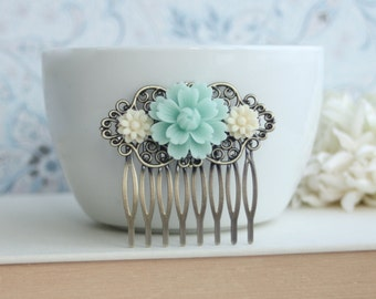 Soft Mint Green Chrysanthemum, Ivory Daisy Mum Flower Comb. Antiqued Brass Hair Comb Clip. Bridesmaid Hair Comb. Green Wedding Bridal Comb.