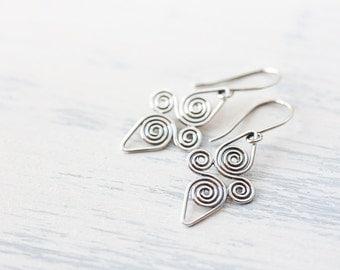 Interconnected Celtic spiral earrings, Handcrafted Small Silver Earrings, 925 sterling silver earrings, short dangle earrings, Celtic style