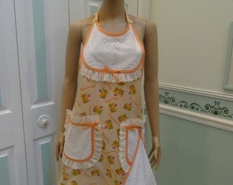 MODERN STYLE APRON: full Apron,Peach, Flowers and cats print, white bib, with cat applique, white pockets ,dish towel