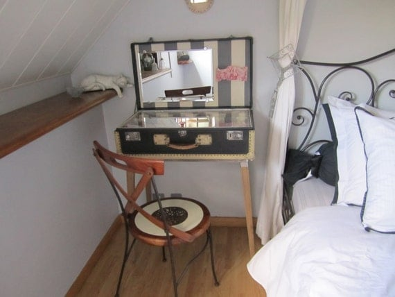 Articles similaires pi ce unique grande valise vintage for Fabriquer une coiffeuse meuble