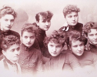 EXQUISITE Antique 1889 VICTORIAN PHOTOGRAPH of Eight Young Women