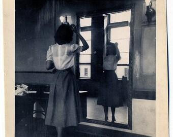 Primping. 1940s Original Photo.