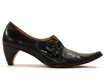 SALE Pointy Pumps in Black Leather with Low Architectural Heel / Vintage 1990s Modernist Oxfords / Women's Size 6