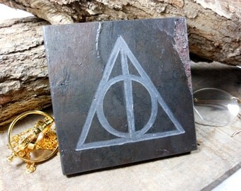DEATHLY HALLOWS Art Tile- Hand Carved Etched Slate Stone - Potterhead Decoration, Harry Potter Wizard Witchy Room Decor, Fan Art Gift