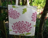 Tote bag in large flower print - pinks and greens