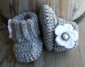 Crochet baby girl boots, in light grey, white flower, pearl button. Size 0 to 3 mo.