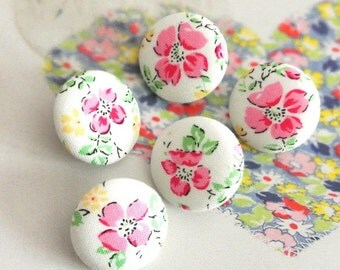 Fabric Buttons, Shabby White Red Pink Flower Floral Fabric Covered Button, Red Flower Fridge Magnets, Flat Back Button, 1 Inch 5's