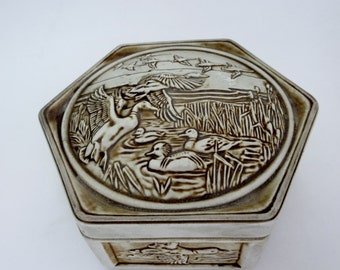 Vinage Ceramic flying ducks trinket Box - Avon ducks ceramic box made in Brazil - 1980s box